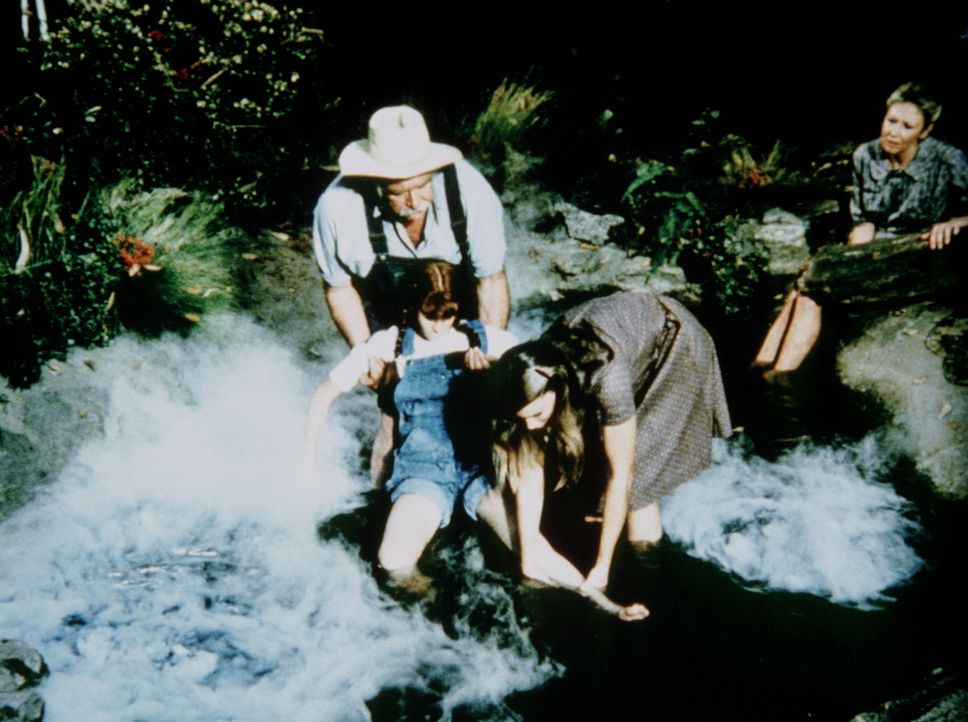 Liebevoll badet Großvater (Sam Will) seine gelähmte Enkelin (Kami Cotler, l.). Mary Ellen (Judy Norton-Taylor, M.) und Olivia (Michael Learned, r.)... - Bildquelle: WARNER BROS. INTERNATIONAL TELEVISION