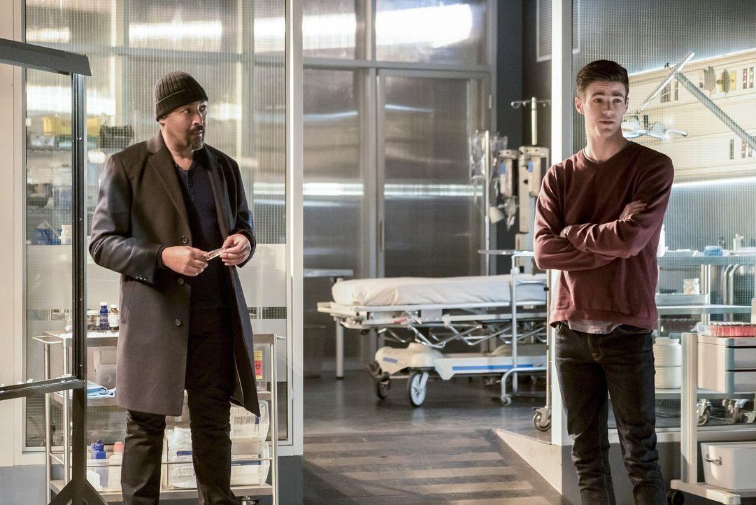 Entwickeln zusammen mit dem Team einen gefährlichen Plan, um Savitar zu stoppen und Caitlin und Cisco zu retten: Joe (Jesse L. Martin, l.) und Barry... - Bildquelle: 2016 Warner Bros.