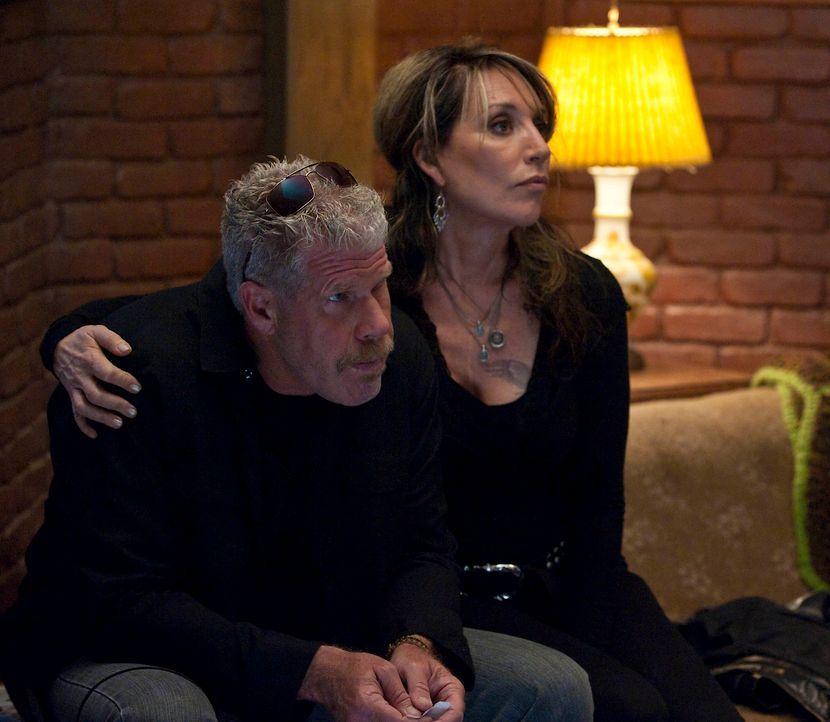 Das Leben von Clay (Ron Perlman, l.) und Gemma (Katey Sagal, r.) hält immer wieder Überraschungen parat  ... - Bildquelle: 2010 FX Networks, LLC. All rights reserved.