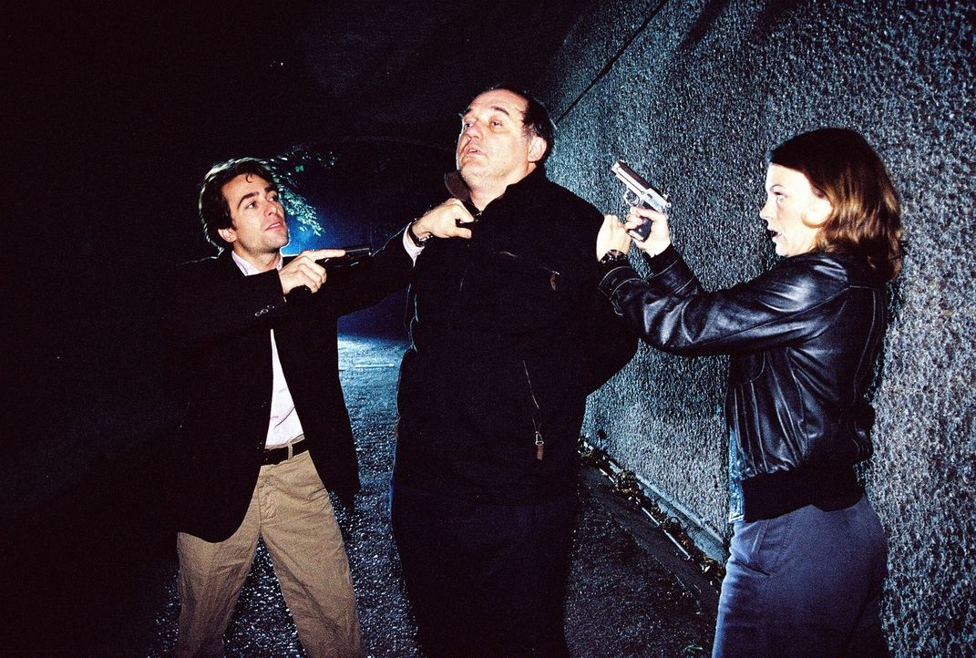 Ist Pokorny (Karl Fischer, M.) der Mörder, den Marc (Alexander Pschill, l.) und Niki (Elke Winkens, r.) suchen? - Bildquelle: Ali Schafler Sat.1