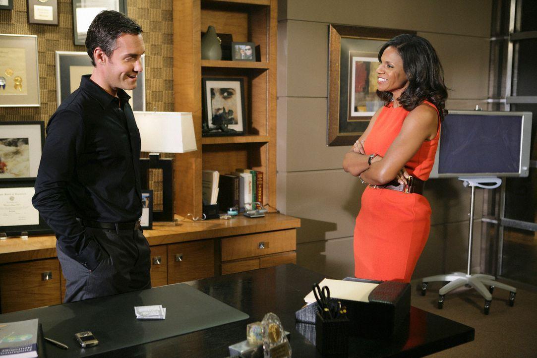 Dr. Lockhart (Jay Harrington, l.) macht Naomi (Audra McDonald. r.) ein Angebot, bei dem sie, wenn sie es annehmen würde, nicht nur ihre Ideale, sond... - Bildquelle: ABC Studios