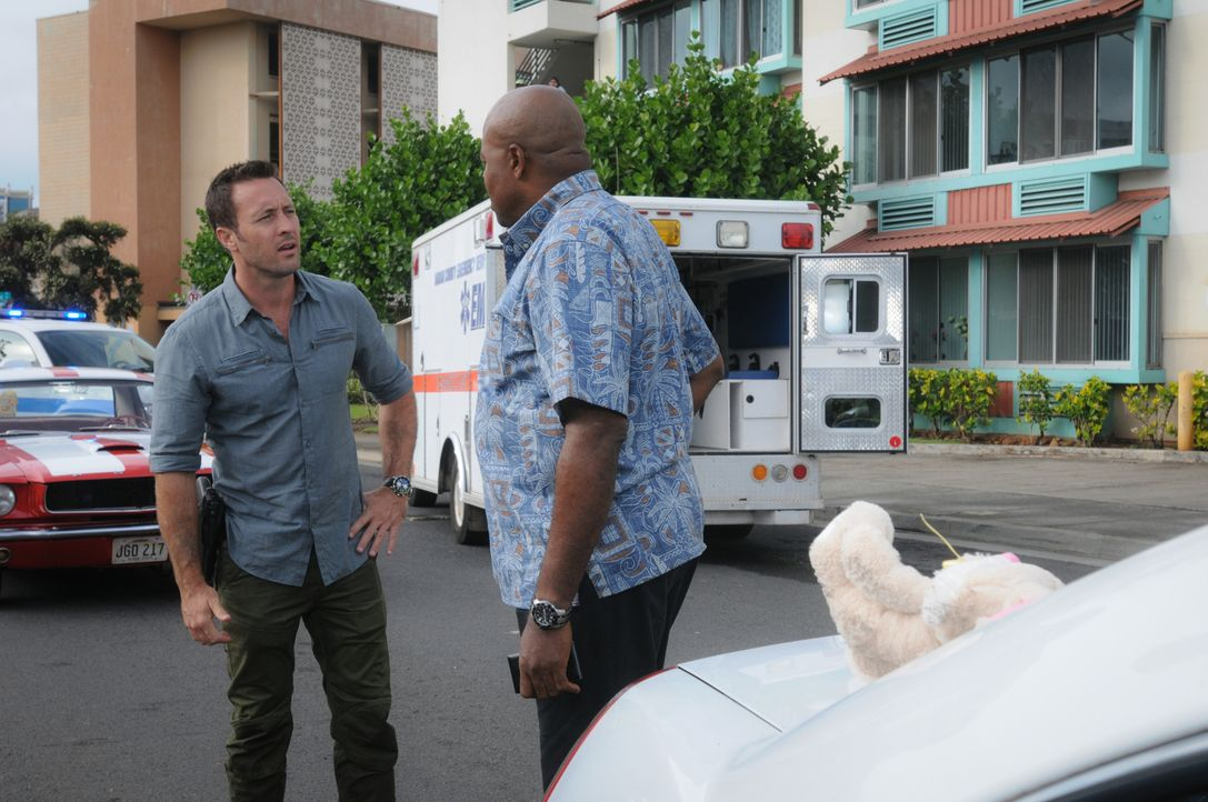 Als eine Frau zu Hause ermordet wird, müssen Steve (Alex O'Loughlin, 2.v.r.), Grover (Chi McBride, l.) und das restliche Team alles geben, um den Mö... - Bildquelle: Norman Shapiro 2016 CBS Broadcasting, Inc. All Rights Reserved