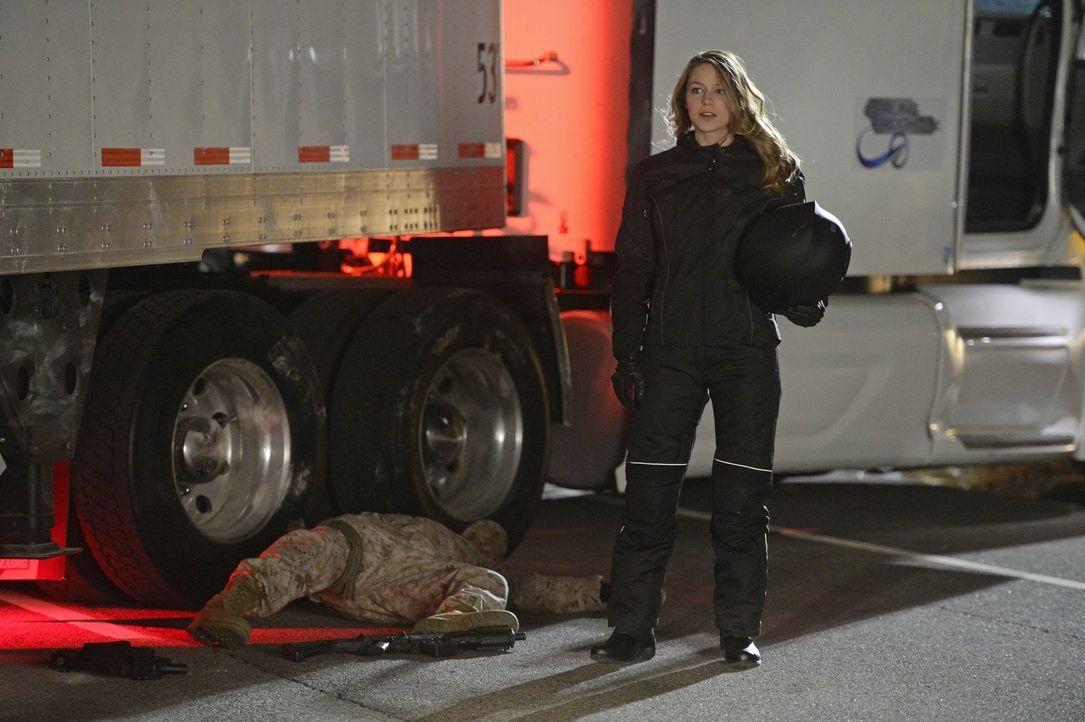 Kara alias Supergirl (Melissa Benoist) hilft ihrer Schwester Alex bei einem gewagten Plan ... - Bildquelle: 2015 Warner Bros. Entertainment, Inc.
