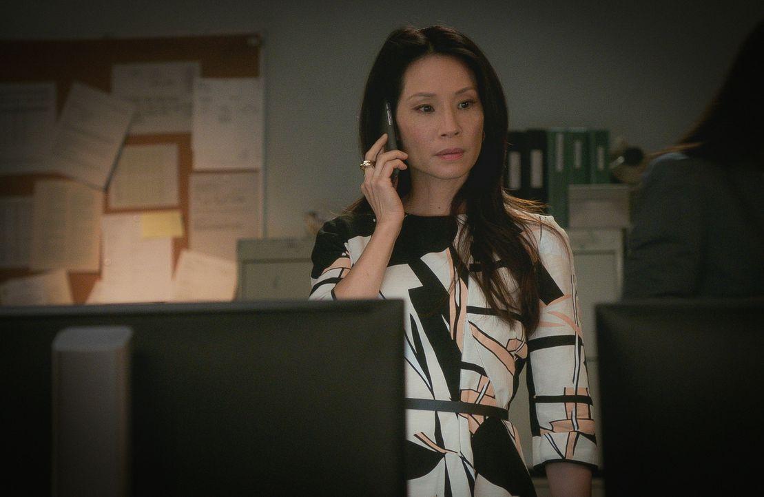 Immer und immer wieder versucht Sherlock Joan (Lucy Liu) klarzumachen, dass sein Vater ein falsches Spiel spielt. Werden seine Zweifel an der Aufric... - Bildquelle: 2015 CBS Broadcasting Inc. All Rights Reserved.
