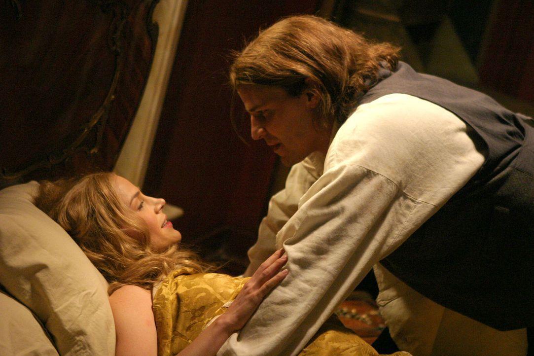 """Angel (David Boreanaz, r.) ist froh, dass Darla (Julie Benz, l.) unversehrt ist - doch er bemerkt sofort, dass ein anderer an von ihr """"gekostet"""" hat... - Bildquelle: The WB Television Network"""