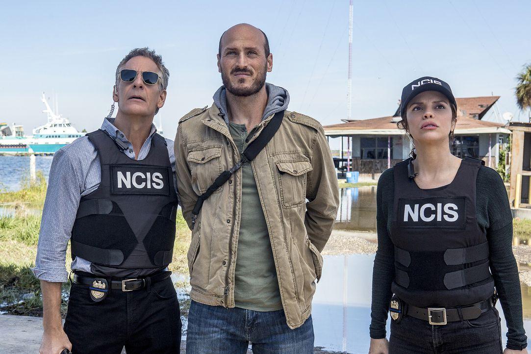 Nach einem bewaffneten Raubüberfall nehmen die Special Agents Dwayne Pride (Scott Bakula, l.) und Tammy Gregorio (Vanessa Ferlito) den Waffenschmugg... - Bildquelle: Skip Bolen 2017 CBS Broadcasting, Inc. All Rights Reserved