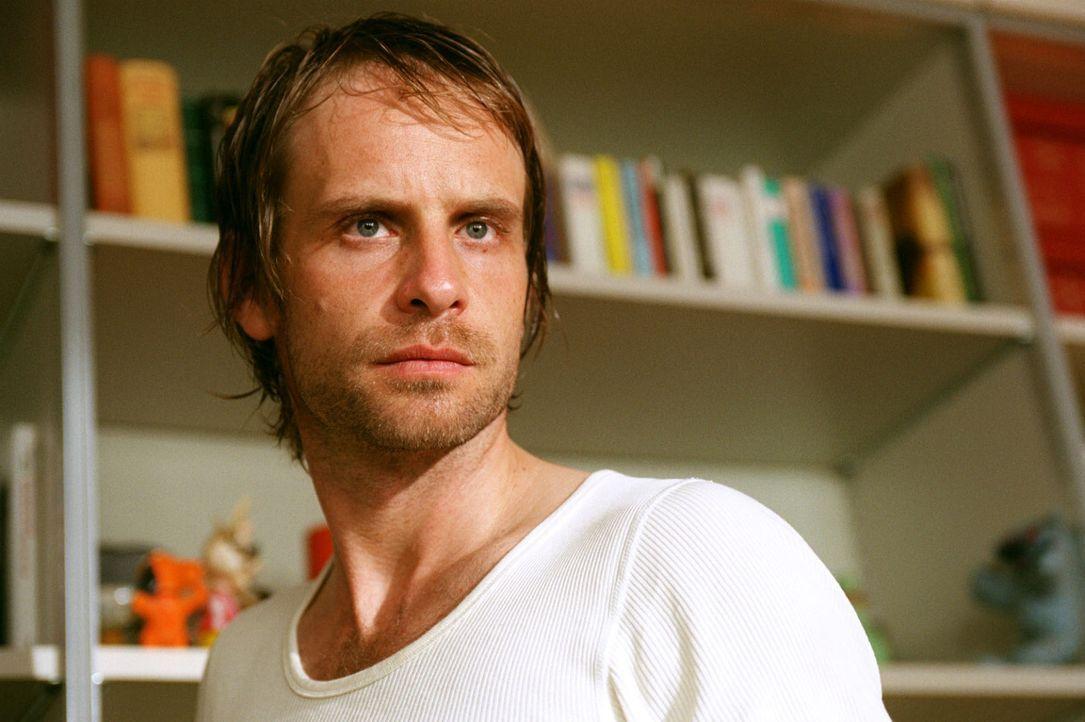 Kai Lohberg (Julian Weigend) bestreitet, etwas mit dem Mord an Schumann zu tun zu haben.