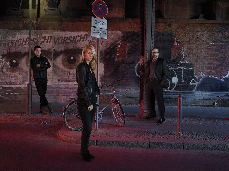 (5. Staffel) - Carrie (Claire Danes, M.) lebt im selbstauferlegten Exil in Berlin und arbeitet als Sicherheitsexpertin für die Wohltätigkeitsfirma,... - Bildquelle: 2015 Showtime Networks, Inc., a CBS Company. All rights reserved.