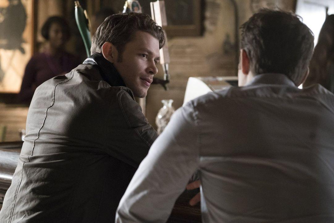 Wie wird Klaus (Joseph Morgan, l.) reagieren, als ein alter Bekannter die berüchtigte Vampirjägerin in seine Stadt führt? - Bildquelle: Warner Bros. Entertainment, Inc.