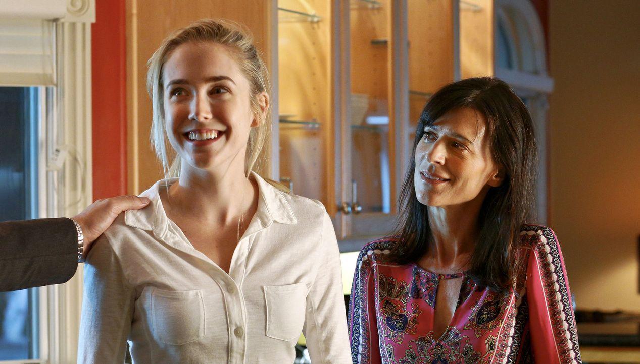 Eigentlich liebt Ashley (Spencer Locke, l.) ihren Nachhilfejob bei Lindas (Perrey Reeves, r.) Kindern. Doch dann macht die junge Schülerin einen fat... - Bildquelle: Johnson Management Group, Inc. MMXV