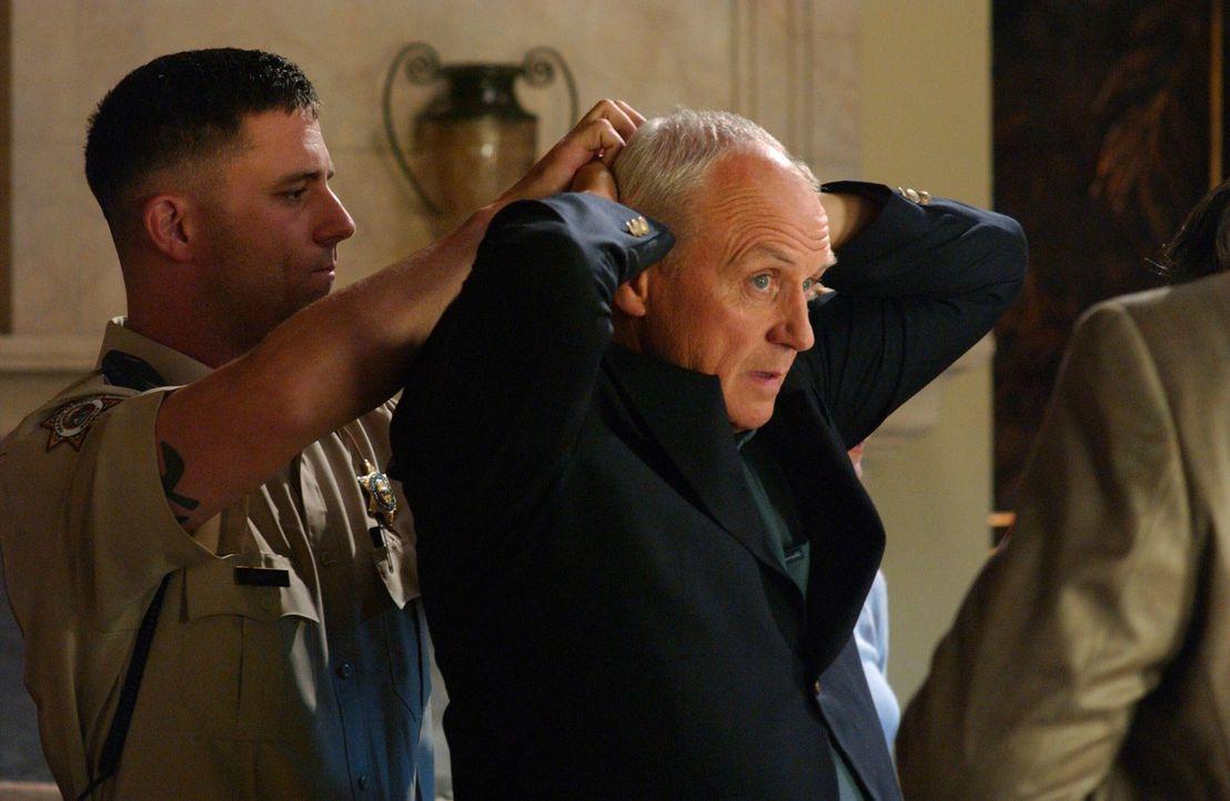 Das gemeinsame Essen mit Kirsten, Sandy und den Jungs wird unterbrochen, als Caleb (Alan Dale, r.) von der Polizei festgenommen wird ... - Bildquelle: Warner Bros. Television