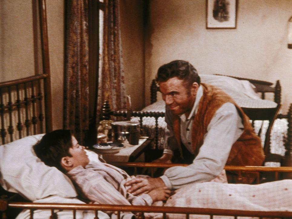 Bens (Lorne Greene, r.) zweite Frau Inger, seine große Liebe, kümmerte sich rührend um den kleinen Adam (Johnny Stephens, l.) ... - Bildquelle: Paramount Pictures
