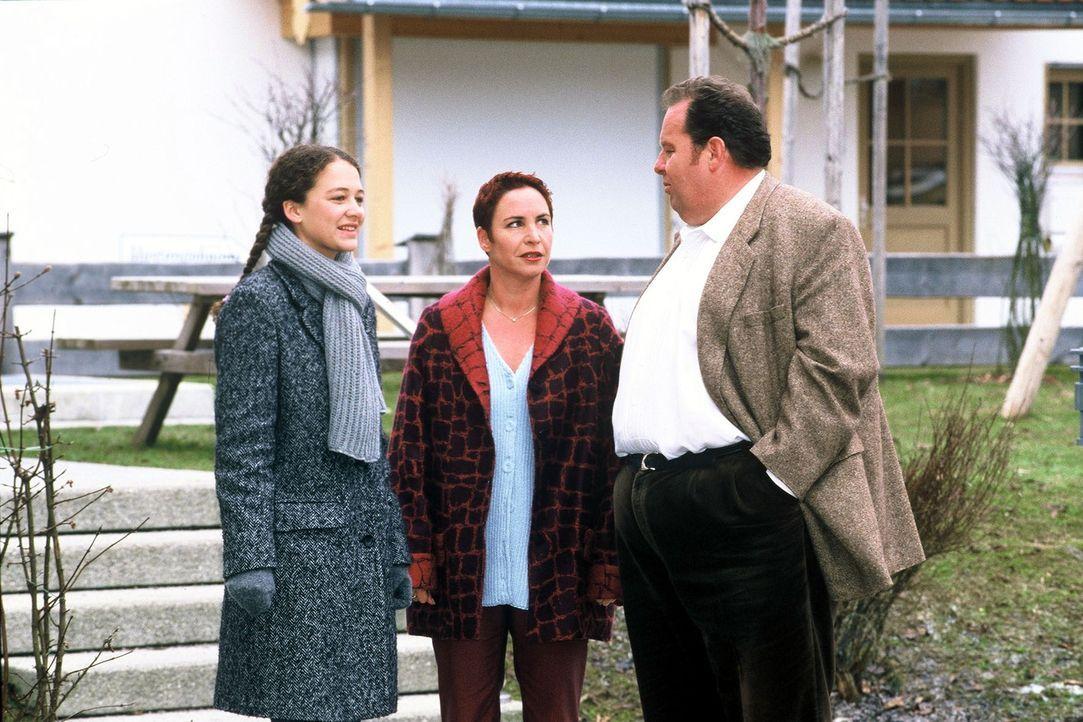 Sabrina Lorenz (Katerina Jacob, M.) und Benno Berghammer (Ottfried Fischer, r.) befragen Juliane Kolka (Oona Devi Liebich, l.) zu dem Mord an ihrer... - Bildquelle: Magdalena Mate Sat.1