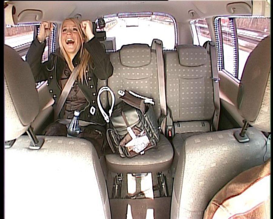 """Im """"Quiz Taxi"""" stellt sich Charlotte Karlinder den Fragen von Thomas Hackenberg ... - Bildquelle: kabel eins"""