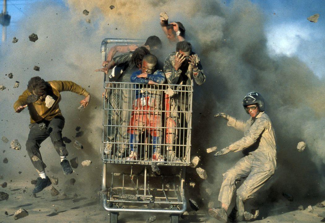 """Jackass: Dave England, l., Ehren McGhehey, r. Im Einkaufswagen von der Mitte im Uhrzeigersinn: Jason """"Wee Man"""" Acuna, Bam Margera, Ryan Dunn, Steve-... - Bildquelle: Paramount Pictures"""