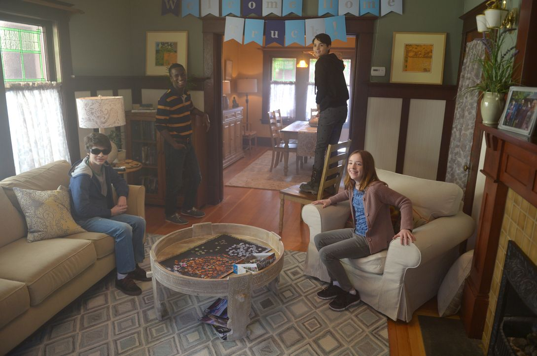 Während (v.l.n.r.) Caleb (Hunter Dillon), Shelby (Alex Barima), Verity (Brianna Hildebrand), Harper (Beatrice Kitsos) und Rose endlich die Insel ver... - Bildquelle: 2017 Fox and its related entities.  All rights reserved.