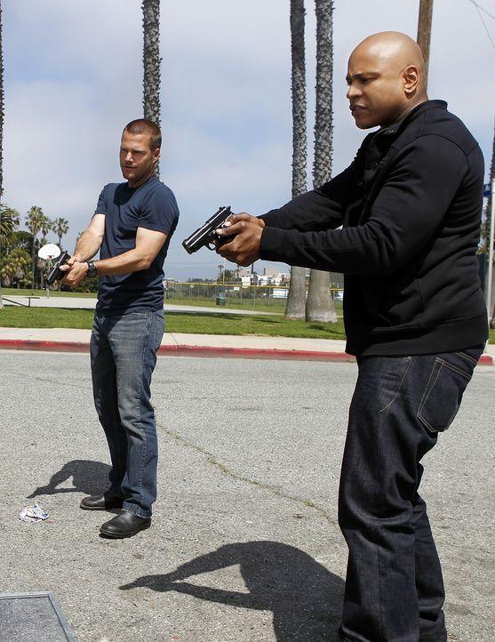 Ermitteln undercover, um einen neuen Fall zu lösen: Callen (Chris O'Donnell, l.) und Sam (LL Cool J, r.) ... - Bildquelle: CBS Studios Inc. All Rights Reserved.