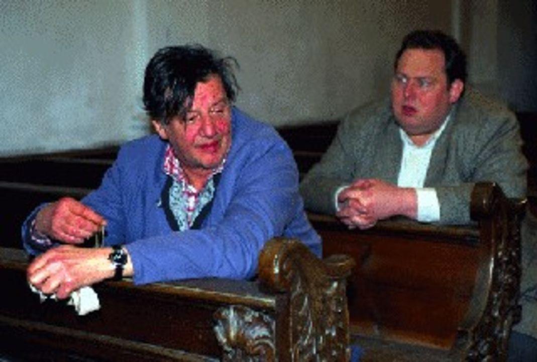Was weiß Hausmeister Reindl (Hans Brenner, l.) über den mysteriösen Tod seiner Tochter? Kann Kommissar Berghammer (Ottfried Fischer, r.) den Aussage... - Bildquelle: Magdalena Mate Sat.1