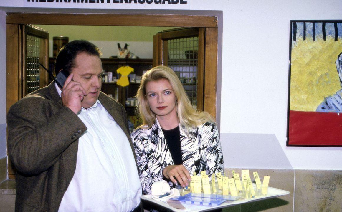 Benno Berghammer (Ottfried Fischer, l.) lässt sich von Maria Umlauf (Michaela Merten, r.) in Professor Roths Arbeit einführen. Denn Maria ist die Ve... - Bildquelle: Magdalena Mate Sat.1