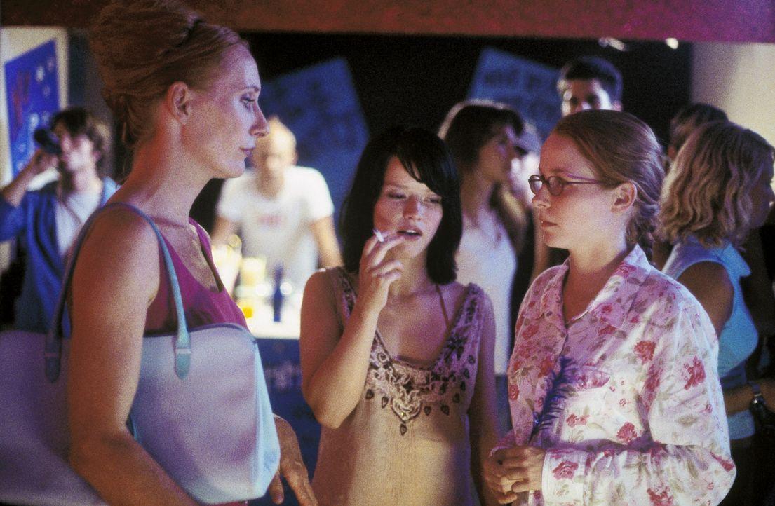 Für die energische Sonja (Andrea Sawatzki, l.) ist totale Überwachung das wichtigste Erziehungsmittel. Auch Töchterchen Nicole (Jasmin Schwiers,... - Bildquelle: ProSieben