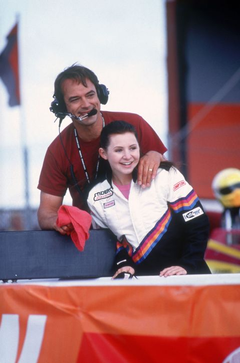 Machen sich daran, der männlichen Konkurrenz einzuheizen: Erika (Beverly Mitchell, r.) und ihr Vater Gregg Enders (Jon Lindstrom, l.) ... - Bildquelle: Disney Channel