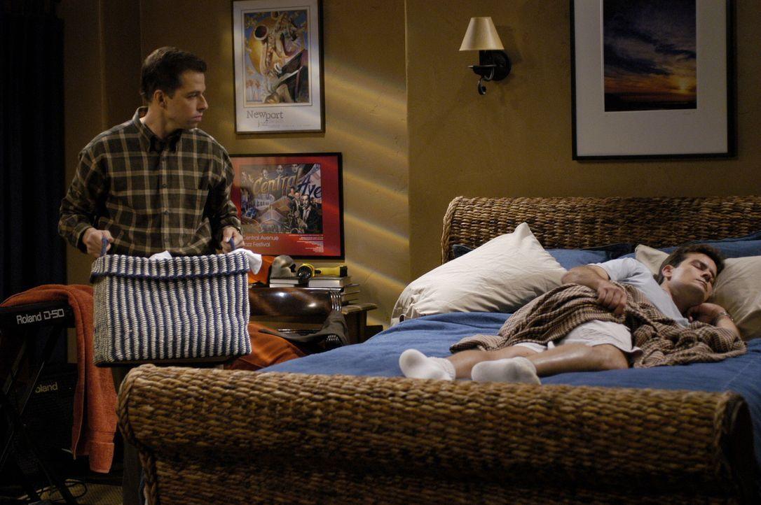 Nachdem Berta gekündigt hat, da sie sich von Alan (Jon Cryer, l.) nicht vorschreiben lassen wollte, wie sie Charlies (Charlie Sheen, r.) Haushalt z... - Bildquelle: Warner Brothers Entertainment Inc.