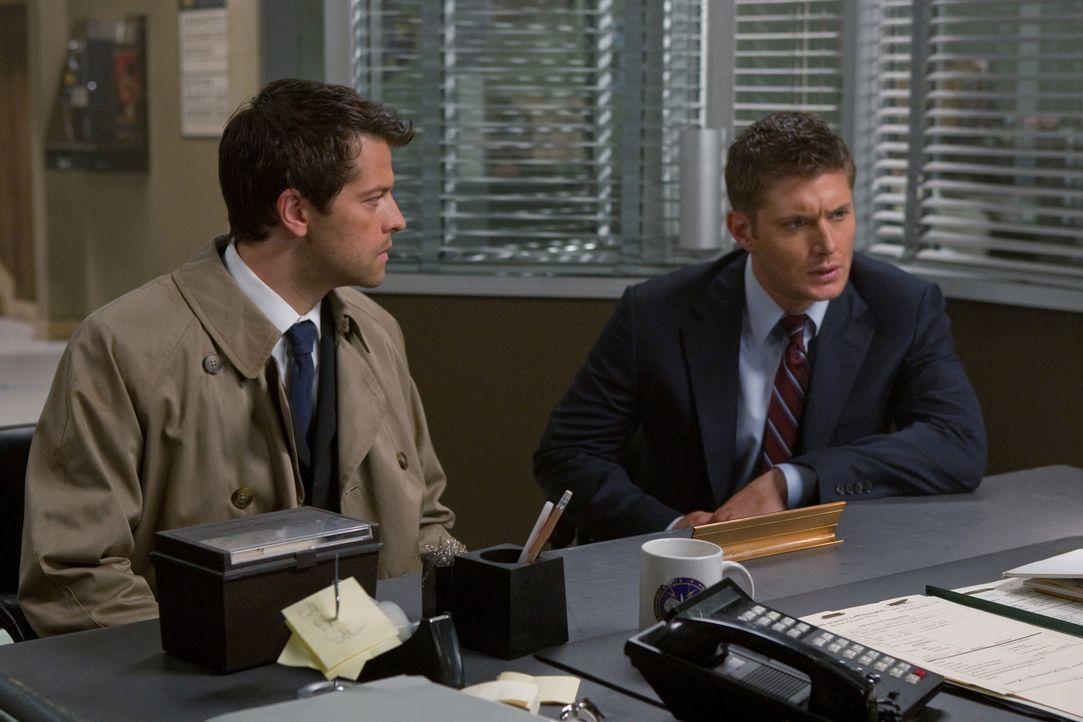 Dean (Jensen Ackles, r.) und Castiel (Misha Collins, l.) sind immer noch auf der Suche nach Erzengel Raphael in der Hoffnung, dadurch die Apokalypse... - Bildquelle: Warner Brothers