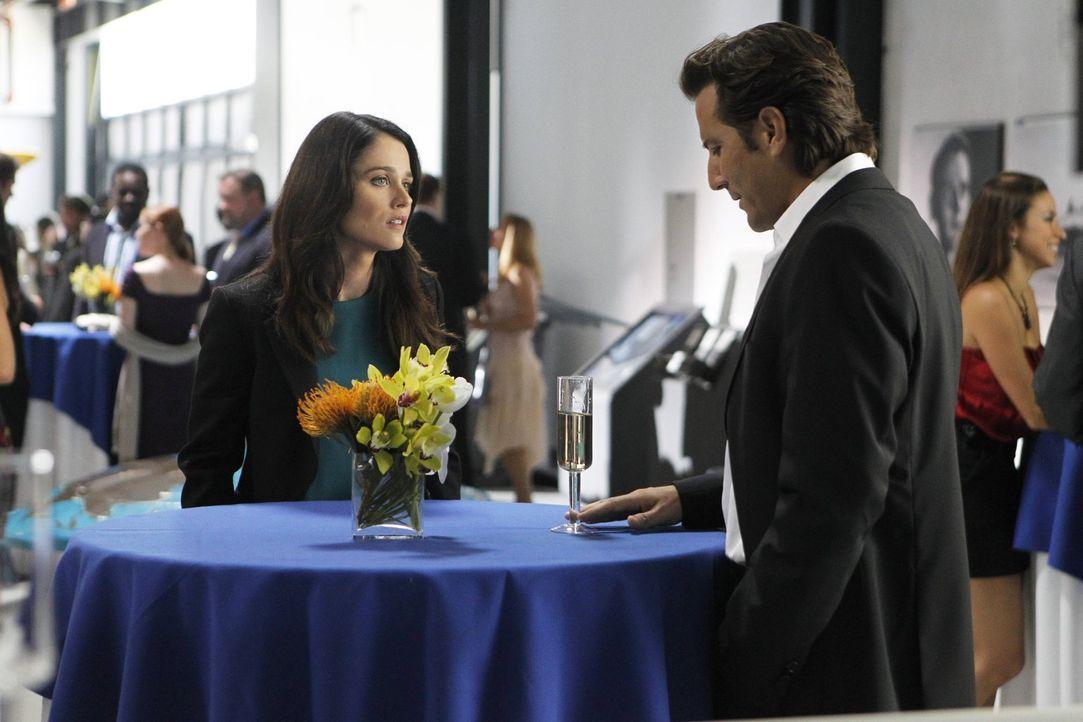 Teresa (Robin Tunney, l.) ist auf der Suche nach dem Mörder der Journalistin Cassie Flood und stößt bei den Ermittlungen auf Tommy Volker (Henry Ian... - Bildquelle: Warner Bros. Television