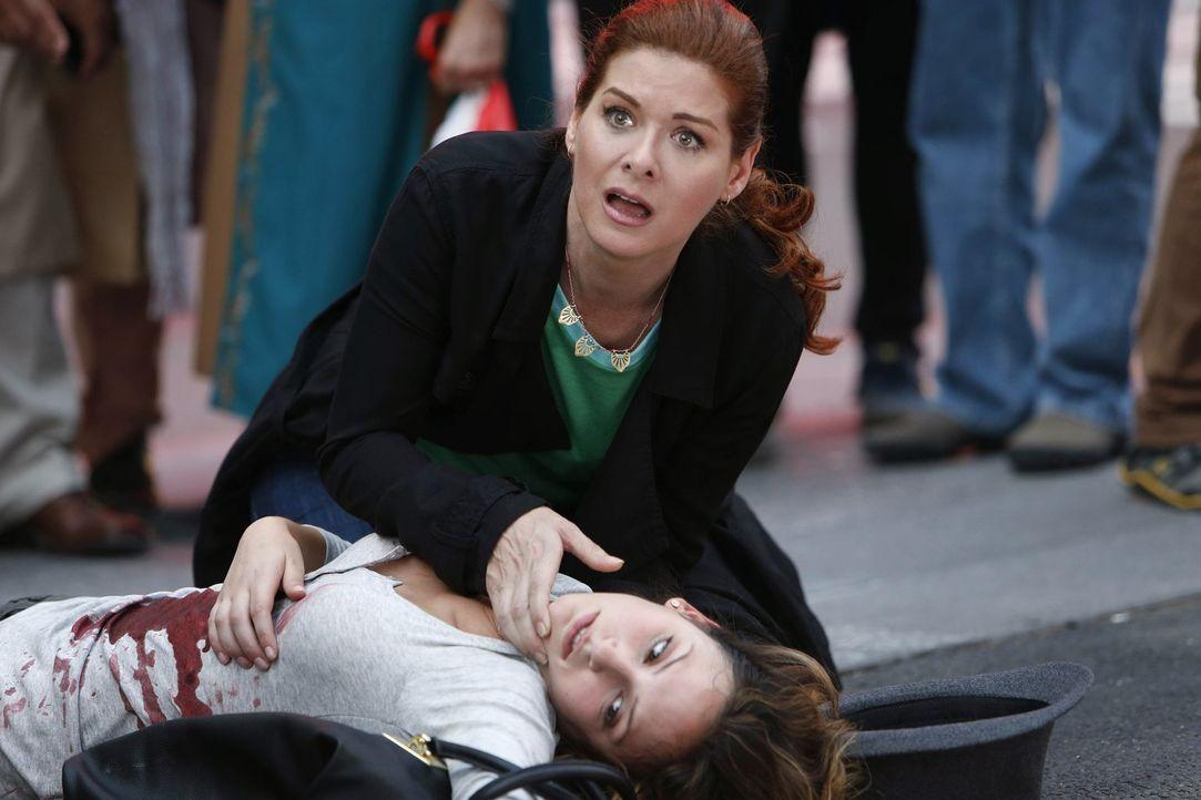 Als eine beschattete Person (Dillan Arrick, unten) auf offener Straße erschossen wird, müssen Laura (Debra Messing, oben) und ihre Kollegen schnell... - Bildquelle: Warner Bros. Entertainment, Inc.