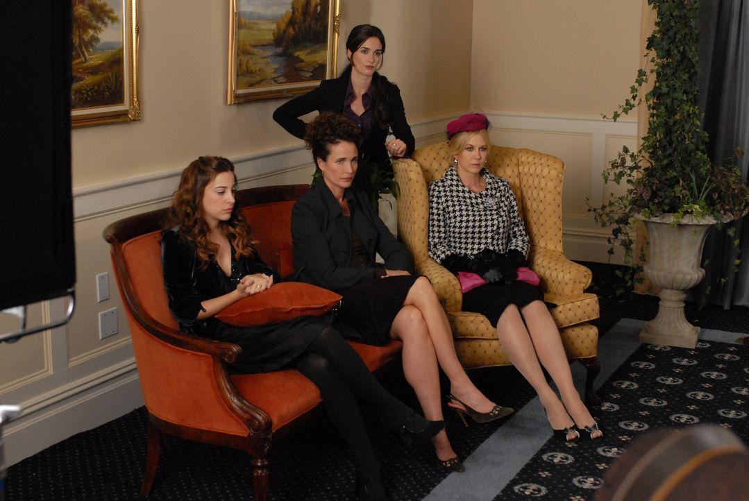Für Henry Lefays Exfrauen (v.l.n.r.: Lindsay Sloane, Andie MacDowell, Paz Vega und Jenna Elfman) ist sein Ableben gleichzeitig der Beginn eines Str... - Bildquelle: Koch Media GmbH, Six Wives, LLC.