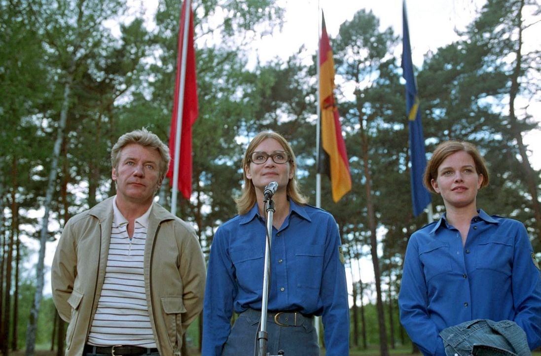 Jenny (Mira Bartuschek, r.) ist erstaunt, als sie auf einem Fahnenappell von Genossin Hartung (Anja Kling, M.) und LPG-Chef Bieske (Jörg Schüttauf,... - Bildquelle: Sat.1