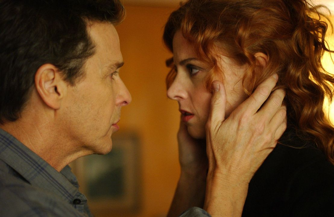Haben Patty (Sara Rafferty, r.) und Aaron Morgan (Tim Matheson, l.) mit dem Mord an der jungen Linda Schmidt was zu tun? - Bildquelle: Warner Bros. Entertainment Inc.
