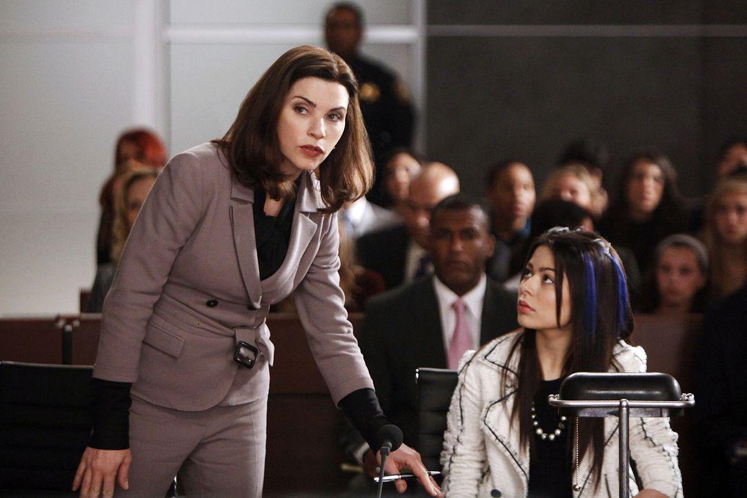 """Sloan (Miranda Cosgrove, r.), ein Disney-Teenie-Star, muss sich wegen Trunkenheit am Steuer verantworten, doch auf einmal wird daraus eine """"versucht... - Bildquelle: 2010 CBS Broadcasting Inc. All Rights Reserved."""