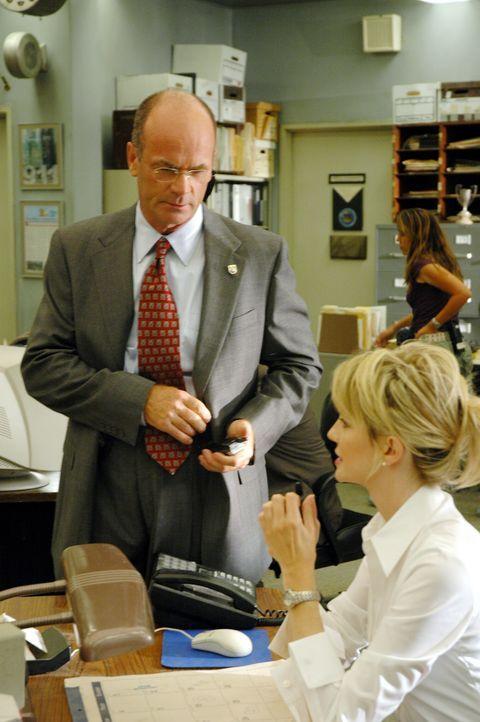 Von Lt. John Stillman (John Finn, l.) erhält Det. Lilly Rush (Kathryn Morris, r.) den Auftrag, die Ermittlungen in einem dreifachen Mord neu aufzur... - Bildquelle: Warner Bros. Television