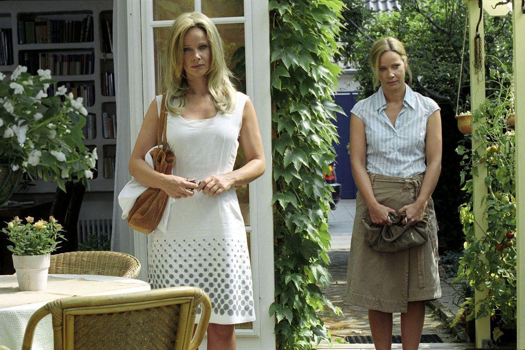 Maria (Ann-Kathrin Kramer, l.) und Katharina (Ann-Kathrin Kramer, r.) wollen mehr über ihre Eltern wissen und besuchen Marias Kindermädchen Hannel... - Bildquelle: Sat.1
