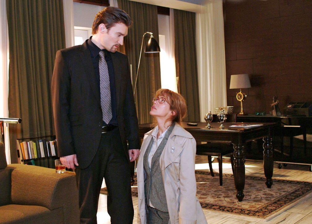 Lisa (Alexandra Neldel, r.) kniet in ihrer Verzweiflung um David vor Richard (Karim Köster, l.) nieder - und kann ihn mit ihrem Flehen dennoch nich... - Bildquelle: Monika Schürle Sat.1