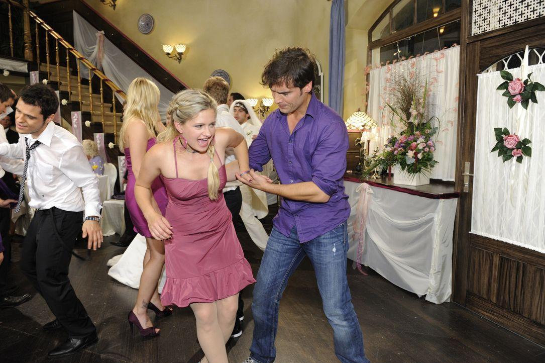 Mia (Josephine Schmidt, 2.v.l.) verstaucht sich beim Tanzen mit Alexander (Paul Grasshoff, r.) den Knöchel ... - Bildquelle: Sat 1