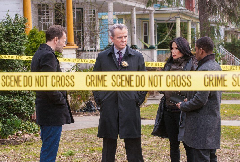 Gemeinsam ermitteln sie in einem neuen Fall: Sherlock (Jonny Lee Miller, l.), Joan (Lucy Liu, 2.v.r.), Gregson (Aidan Quinn, 2.v.l.) und Bell (Jon H... - Bildquelle: CBS Television