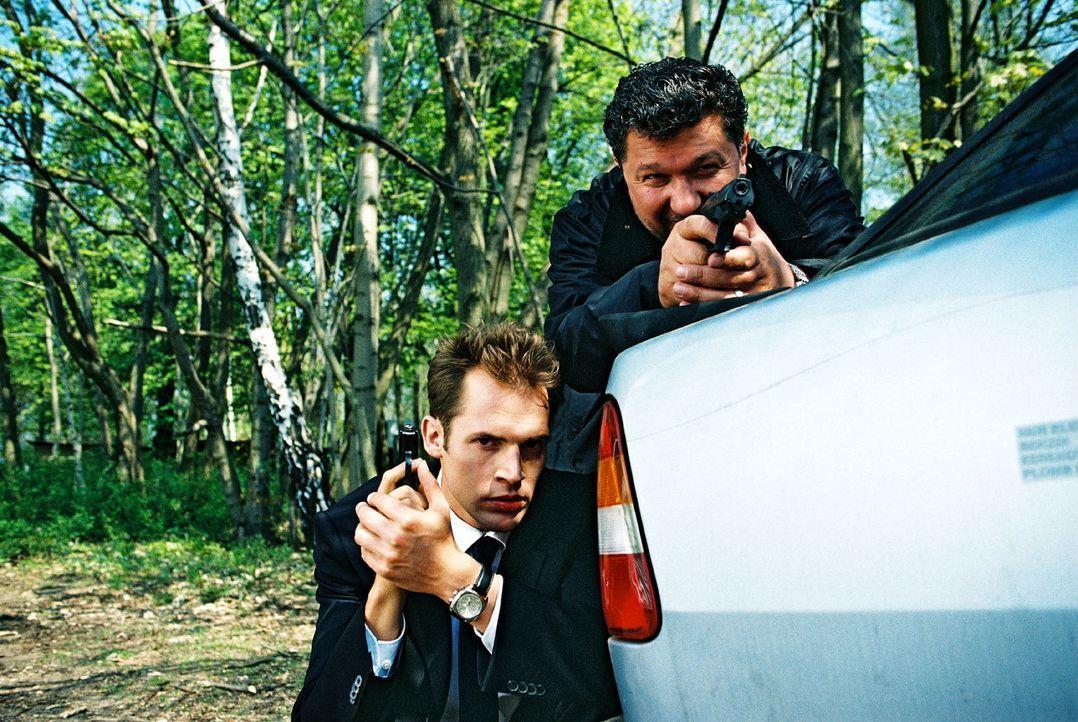 Orkan Örsey (Aykut Kayacik, r.) und Karsten Schmitt (Thorsten Feller, l.) warten vergeblich auf das SEK. Sie beschließen, das Schiff allein zu stürm... - Bildquelle: Hardy Spitz Sat.1