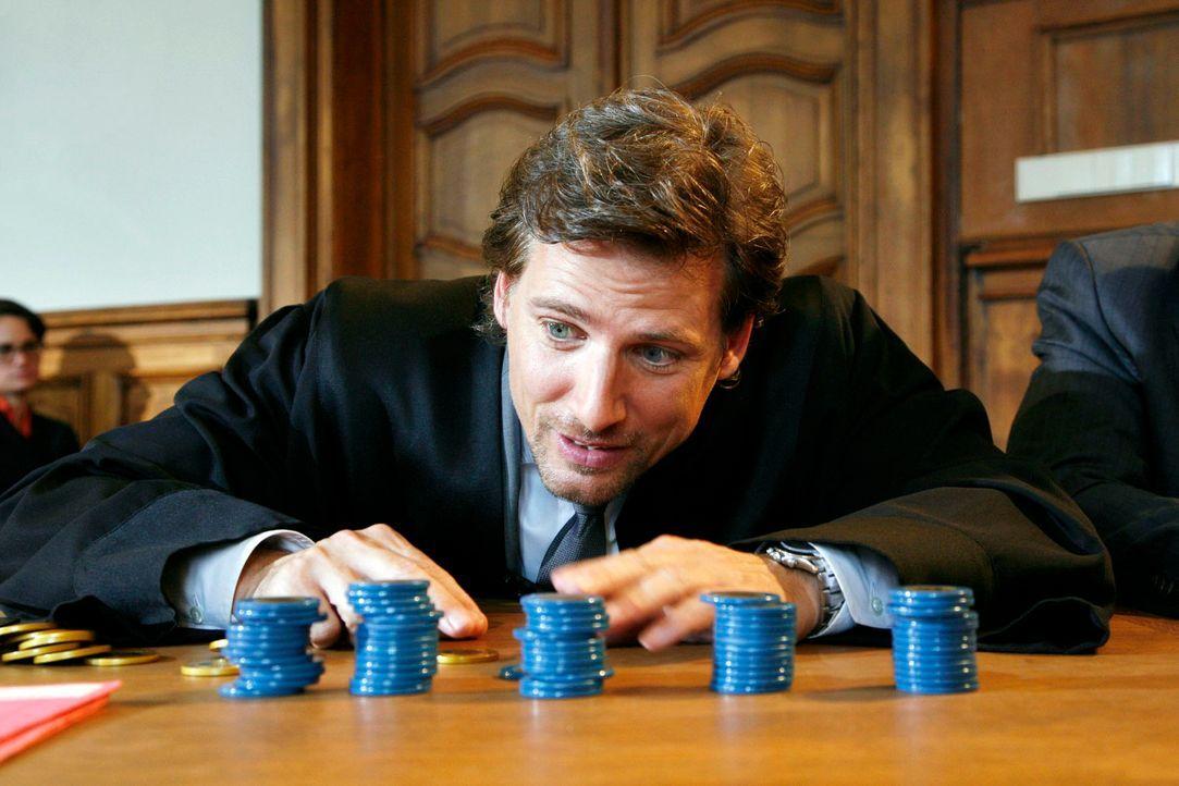 Im Gerichtssaal erklärt Alex (René Steinke) mit Hilfe von Spielgeld, wie Doris Hummel die Festgeldkonten manipulieren konnte ... - Bildquelle: Mosch Sat. 1