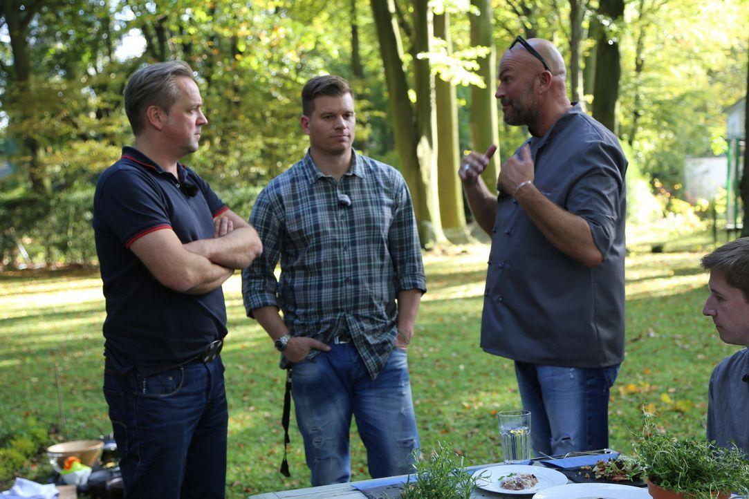 Möge der Bessere gewinnen: Stefan Wiertz (r.) tritt gegen Ingo und dessen Kumpel Detlev an. - Bildquelle: ProSieben MAXX