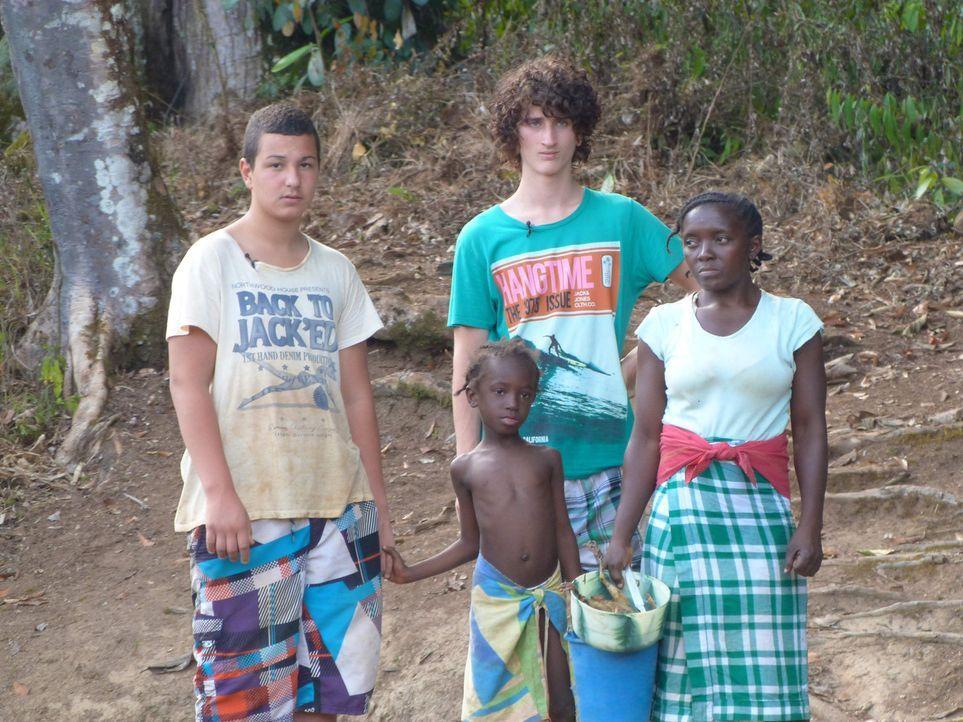 In Suriname lernen Cihan (l.) und Jonas (2.v.r.) ein ganz anderes Leben kennen ... - Bildquelle: SAT.1