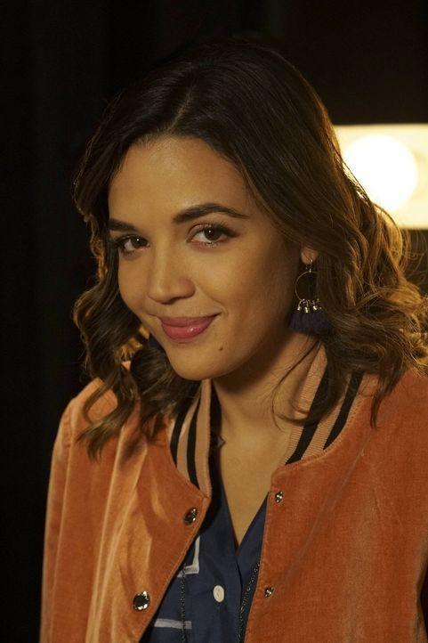 (1. Staffel) - Schauspiel Studentin Cassandra Perkins (Georgie Flores) drängt ihre Mitbewohnerin Paige dazu, sie bei einem offenen Casting für den s... - Bildquelle: Warner Bros.