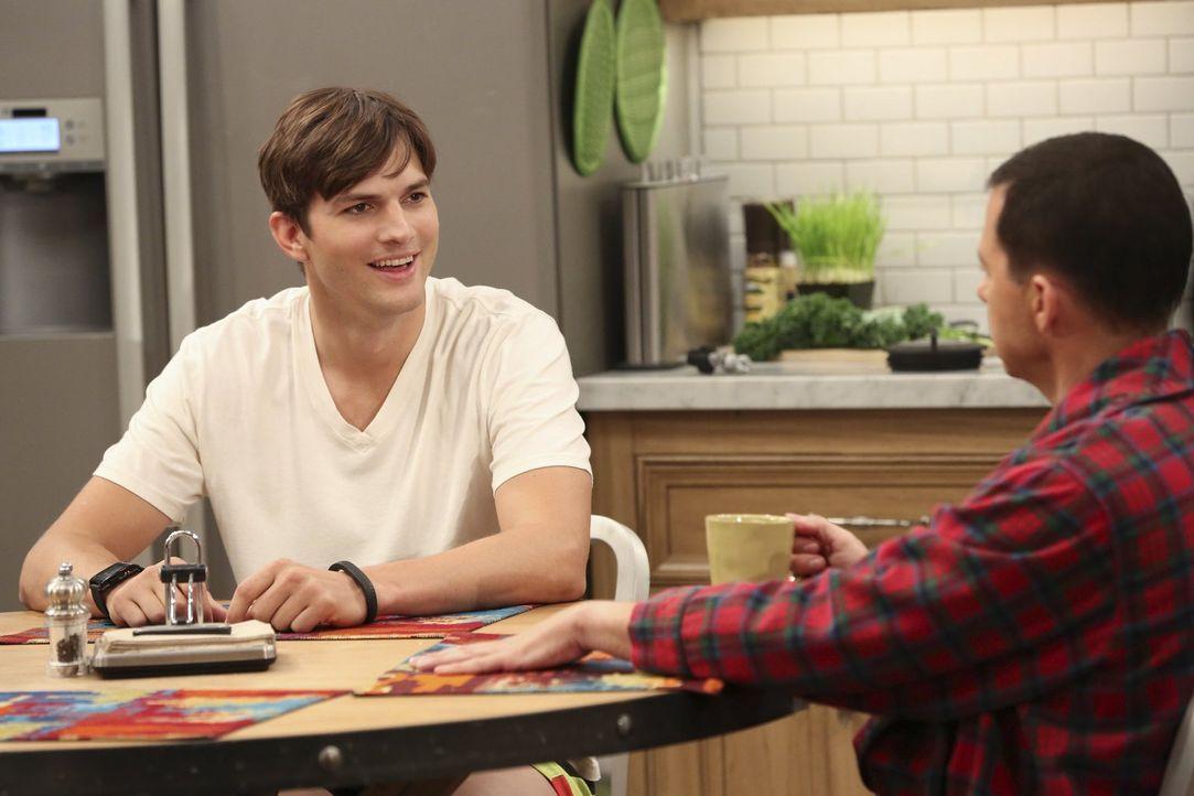 Finden Jenny ziemlich seltsam: Walden (Ashton Kutcher, l.) und Alan (Jon Cryer, r.) ... - Bildquelle: Warner Brothers