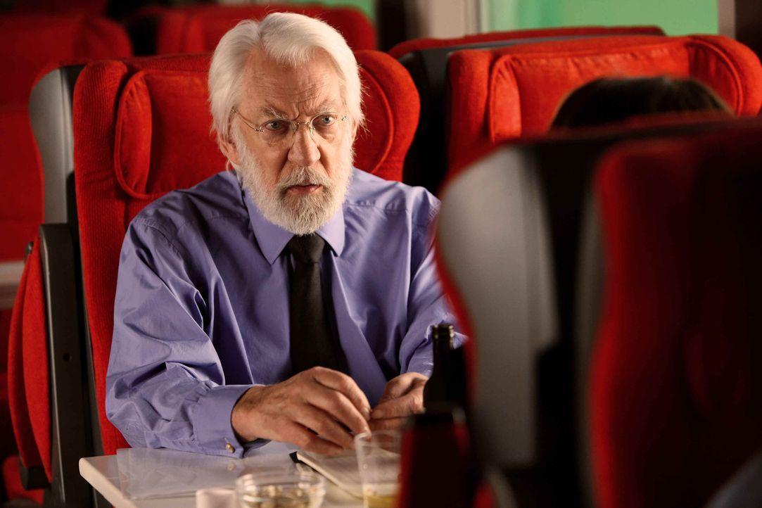 In gefährlicher Mission unterwegs: Michel Dorn (Donald Sutherland) ... - Bildquelle: 2013 Tandem Productions GmbH, TF1 Production SAS. All rights reserved