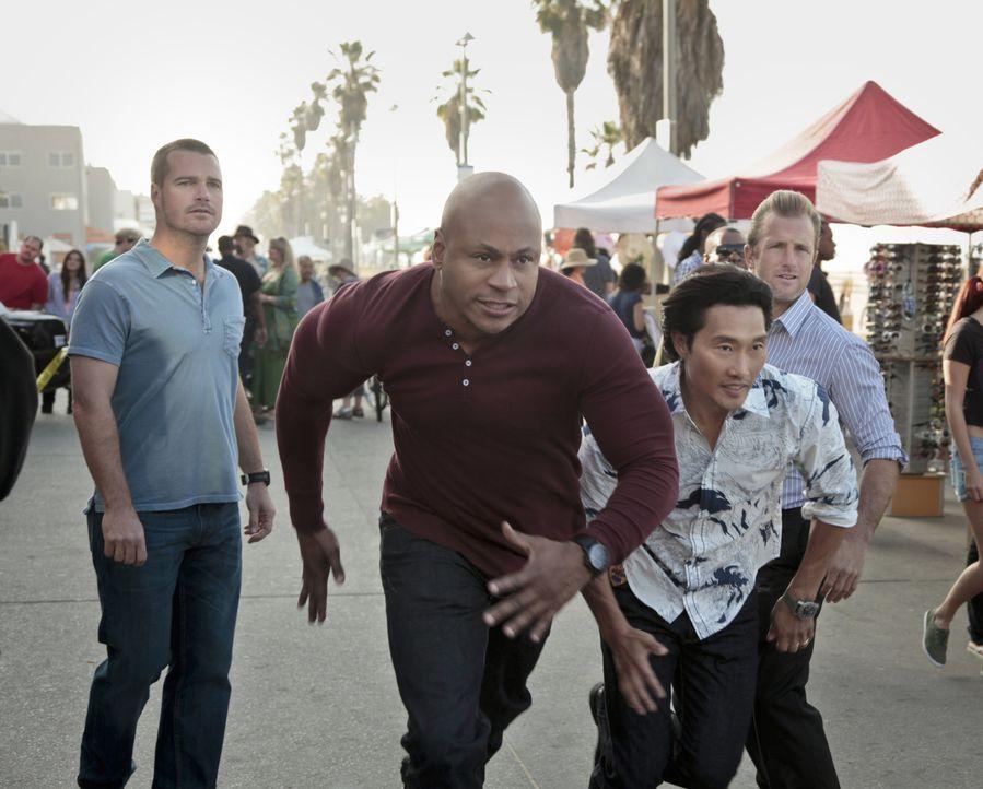 Müssen gemeinsam in einem neuen Fall ermitteln: Callen (Chris O'Donnell, l.), Sam (LL Cool J, 2.v.l.), Chin (Daniel Dae Kim, 2.v.r.) und Danny (Scot... - Bildquelle: CBS Studios Inc. All Rights Reserved.