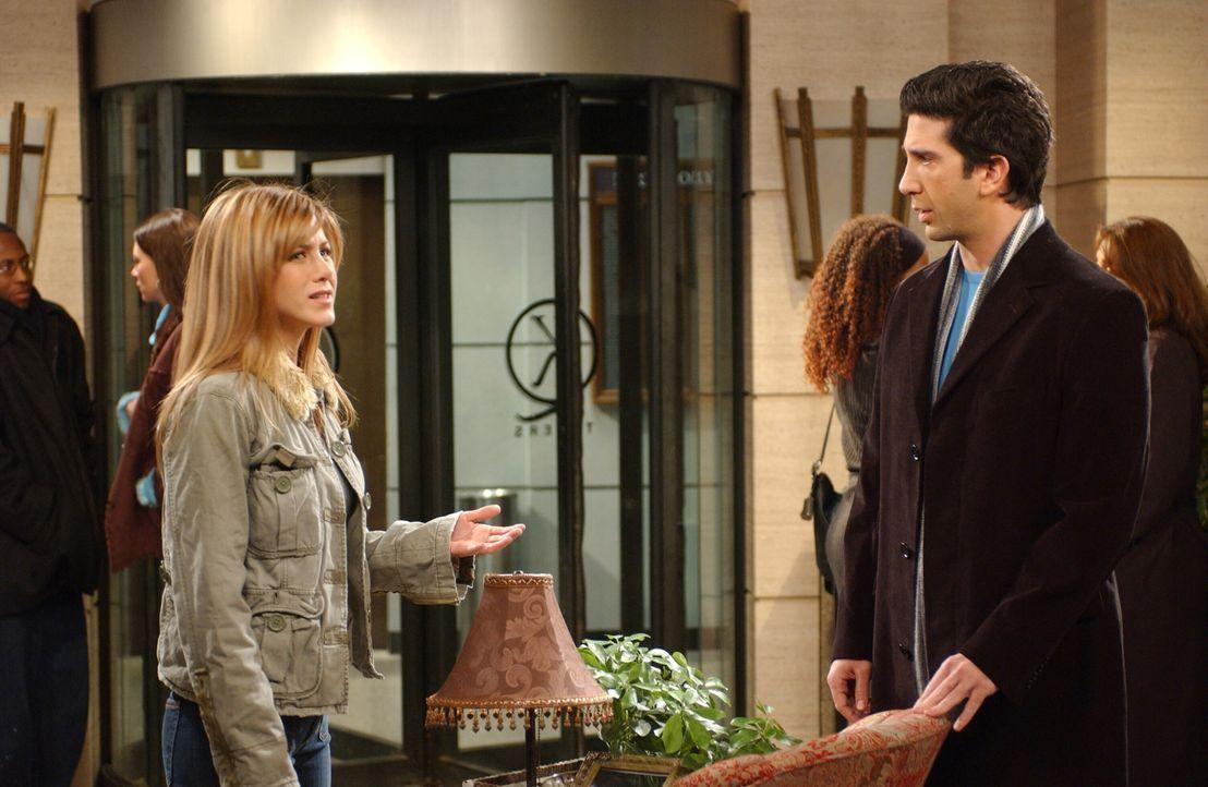 Ross (David Schwimmer, r.) hat ein schlechtes Gewissen, denn während er eine Anstellung auf Lebenszeit bekommen hat, hat Rachel (Jennifer Aniston, l... - Bildquelle: 2003 Warner Brothers International Television