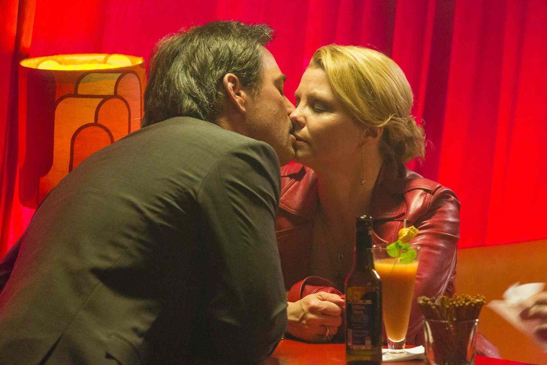 Hat ihre Liebe eine Chance? Danni (Annette Frier, r.) und Olli (Jan Sosniok, l.) - Bildquelle: Frank Dicks SAT.1