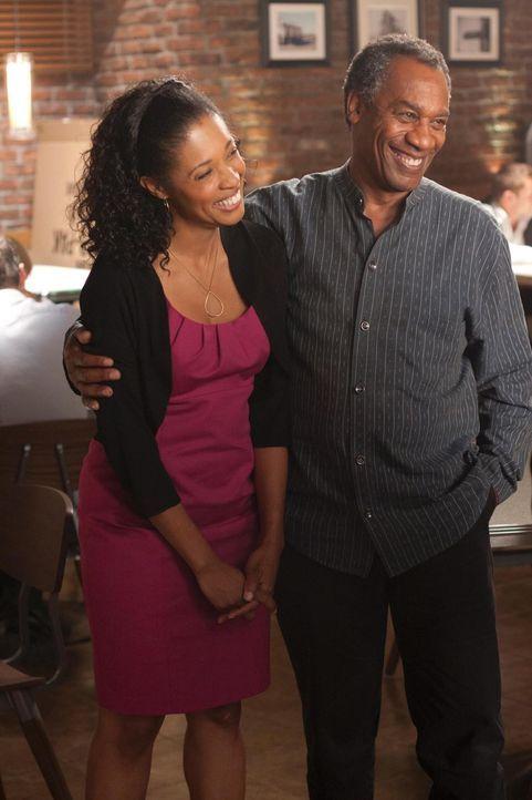 Henry (Joe Morton, r.) ist überglücklich, seine Frau Grace (Tembi Locke, l.) endlich wieder in die Arme schließen zu können ... - Bildquelle: Universal Television