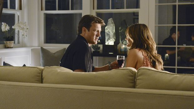 Castle (Nathan Fillion, l.) und Beckett (Stana Katic, r.) verreisen in die Ha...